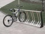 Aparcabicicletas Modelo Dom de Joma Soluciones urbanas. Referencia SU-03002. Con capacidad para cinco bicicletas. Longitud de dos metros. Método de fijación: atornillado al suelo. Fabricado con pies de chapa de acero cortada al láser y pintada en oxirón negro. Zonas de sujeción de las bicicletas en acero galvanizado en caliente. Gran capacidad de sustentacion. Permite la sujeción del cuadro de la bicicleta a la estructura.