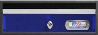 Buzón modelo Avant (Btv) cuerpo en acero de color negro y puerta de metacrilato azul, con perfiles de aluminio plata. Tamaño revistero. Apertura hacia arriba.