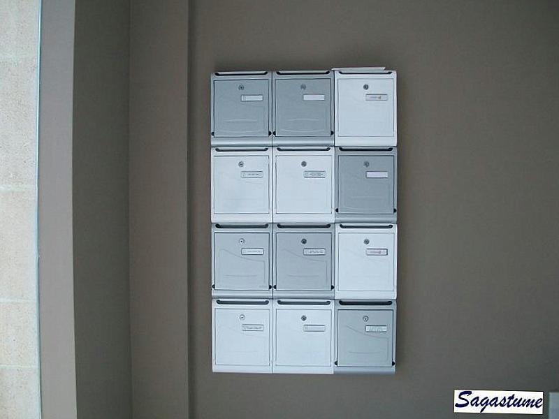 Agrupación de buzones de superficie Joma Modelo Hall-10 combinados en dos colores Pintura inox y Blanco Nieve.