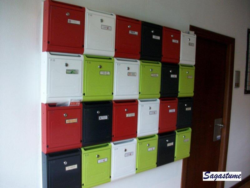 Agrupación de buzones de superficie Joma Modelo Hall-10 combinados en 4 colores Negro Mate, Naranja Primavera, Verde Lima y Blanco Nieve.