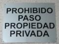 Placa de aluminio natural rotulada con letras en vinilo de color negro (Deval).