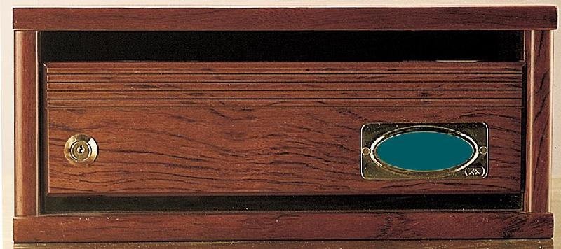 Buzón modelo Elegance H-6502, con cuerpo fabricado en melamina bubigna y puerta madera natural bubigna. Frente de chapa de madera natural. Visor de metacrilato debajo de puerta. Acabados de gran calidad. Apertura hacia arriba. Tamaño revistero.