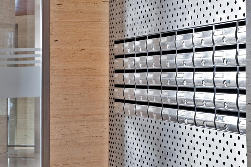 Agrupación de buzones de interior, para comunidades. Modelo Future - Arregui. Cuerpo y puerta de color NICKEL. Buzón antivandálico.