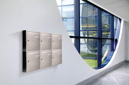 Agrupación de buzones verticales Modelo Kompact V-270 - JOMA. Cuerpo y puerta con pintura aluminio (pintura antihuellas). Tamaño revistero.