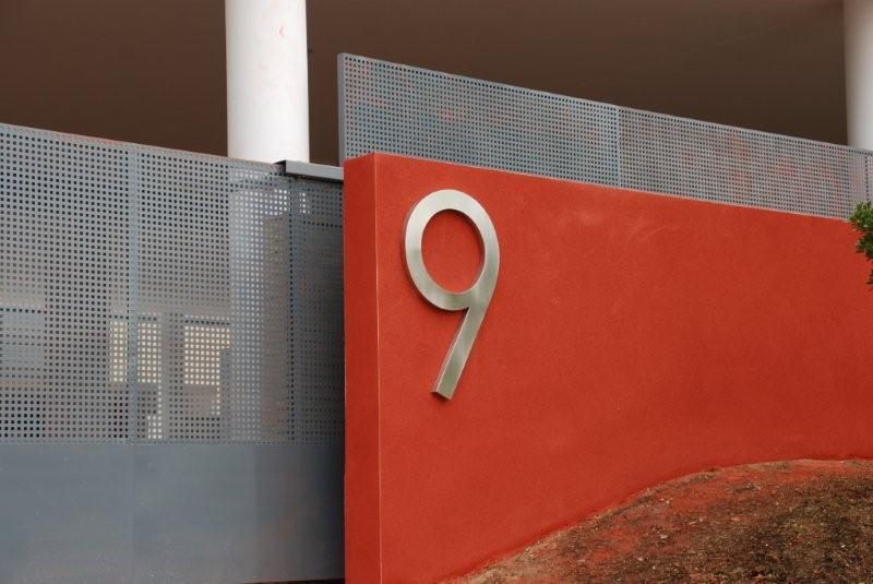 Número de Acero inoxidable Modelo Inox de DEVAL. Chapa lisa de acero inoxidable mate, de 25 cm de altura.