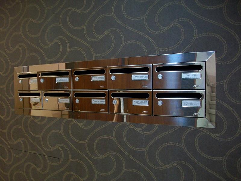 Agrupación de buzones de interior, horizontales de Acero inoxidable brillo empotrados en la pared y con un tapajuntas perimetral de acero inoxidable.