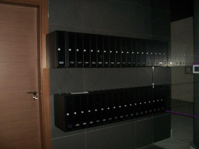 Buzones de interior con formato vertical, tipo libro con carga superior. Fabricados en un solo mueble. Color Negoro.