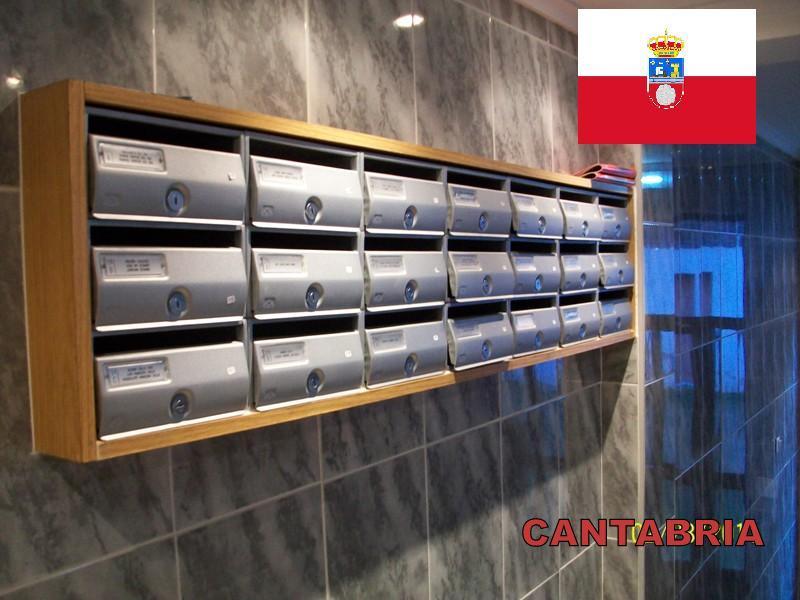 Buzones y complementos de comunidades mas vendidos e instalados en Cantabria - Buzón de acero pintado en color plata semiempotrado con envolvente de madera.