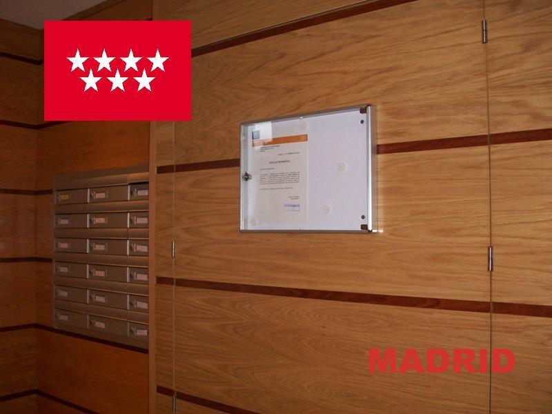 Buzones y complementos de comunidades mas vendidos e instalados en la comunidad de Madrid - Buzones de aluminio natural empotrados y tablón de anuncios de aluminio a juego, con capacidad de dos folios.