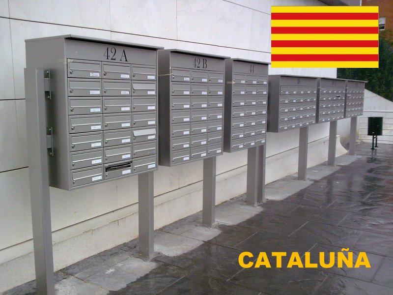 Buzones y complementos de comunidades mas vendidos e instalados en la provincia de Cataluña - Buzones de exterior agrupados y con envolvente alrededo más soportes al suelo.