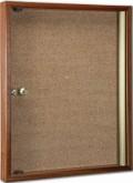 Tablón de anuncios de madera - Deval con acabado sapelly, puerta de metacrilato transparente y cerradura. Capacidad para un folio.
