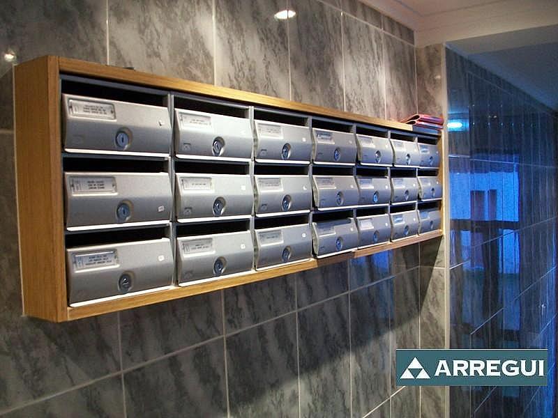Buzones de la fábrica Arregui, modelo Future fabricados en acero de color plata texturada, buzón antivandálico con gran espesor de chapa. Empotrado en la pared con un tapajuntas de madera alrededor del bloque.