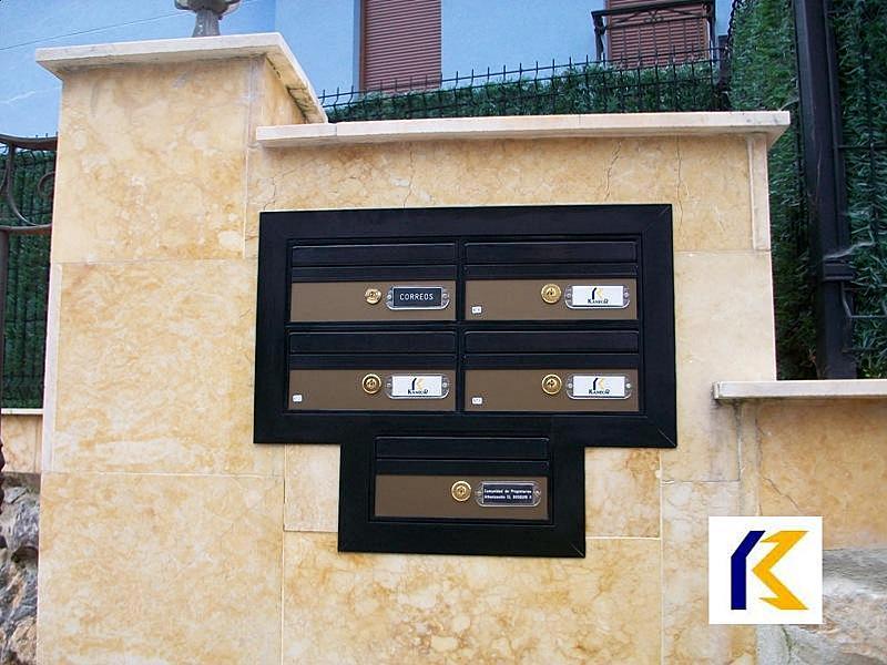 Buzones fábrica Kaneor, modelo venus fabricados a medida con puertas en color bronce y perfiles y viseras en color negro. Preparados para instalación en el exterior.