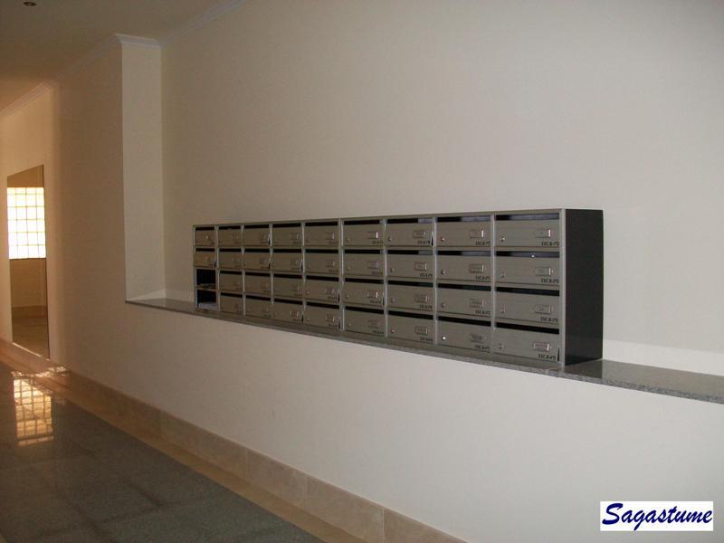 Buzón con cuerpo en melamina de color negro y puerta y perfiles de aluminio inox
