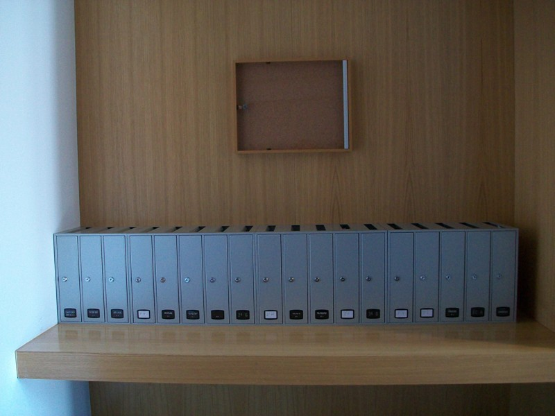 Buzón formato libro modelo Az-90 (Joma) con acabado en pintura inox. Tamaño revistero. Apertura lateral. Grupos de 3 y 5 unidades.