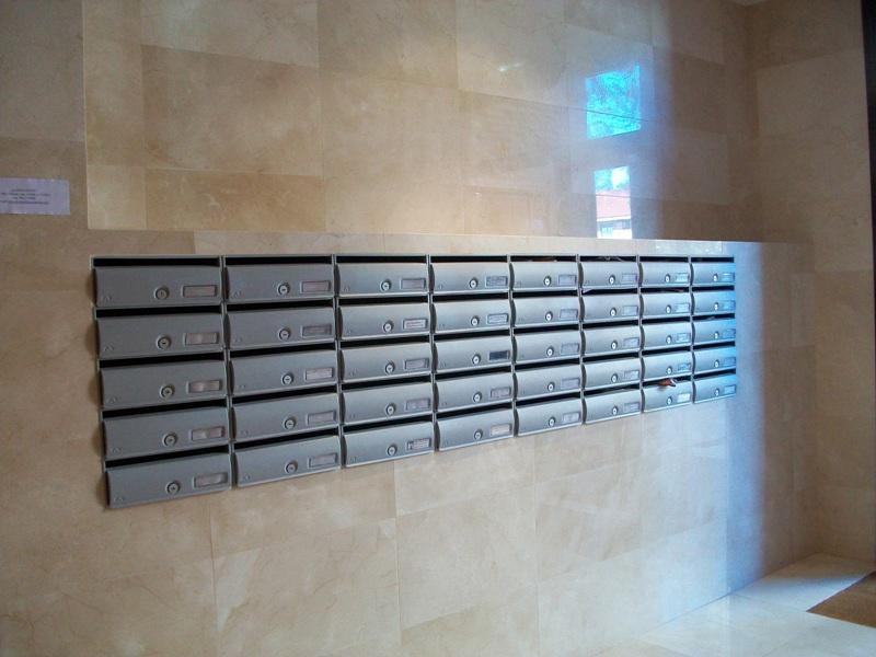 Buzón Modelo Future H-3504 (Arregui) cuerpo y puerta de plata texturada empotrado en la pared. Apertura hacia arriba. Tamaño revistero.
