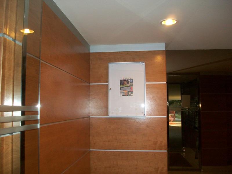 Tablón de anuncios 12V2 (Btv) de aluminio natural color plata y puerta de metacrilato transparente. Capacidad para 4 folios.