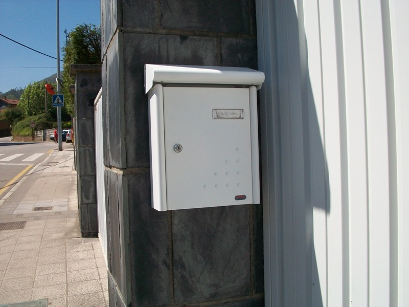 Buzón Modelo garden-54 (Joma) colocado en el exterior