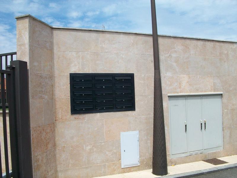 Buzón modelo Tecnum (Arregui) con puerta de aluminio color negro. Buzones empotrados en la pared con tapajuntas perimetral en color negro.
