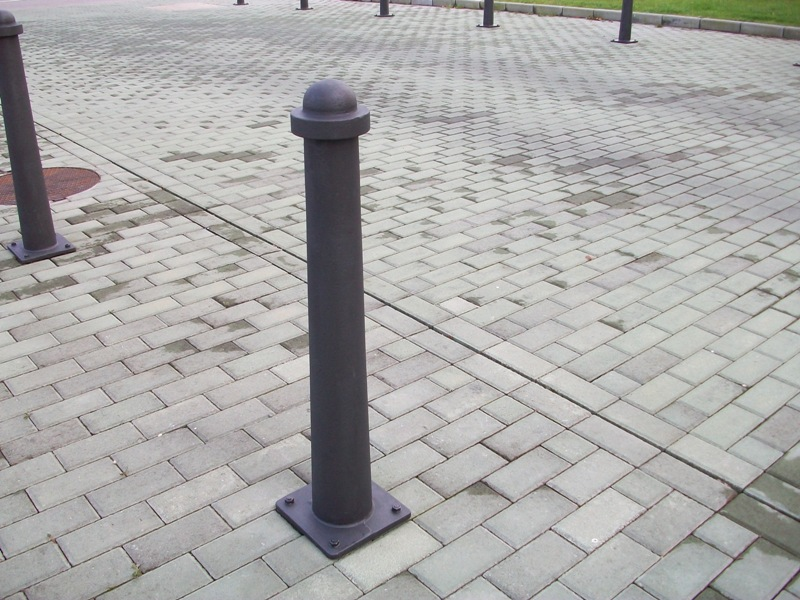 Detalle de Pilonas (Joma) ideales para colocar en las comunidades de propietarios y evitar que la zona se llene de vehículos aparcados.
