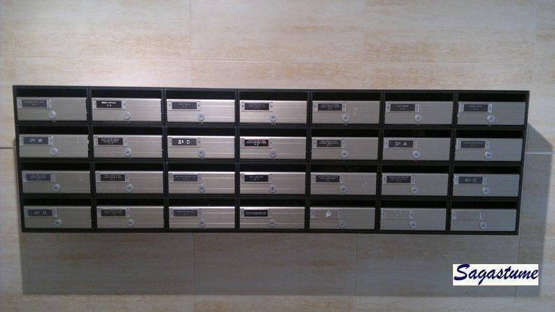 Buzones Arregui de interior formato horizontal con puerta de aluminio anodizado.