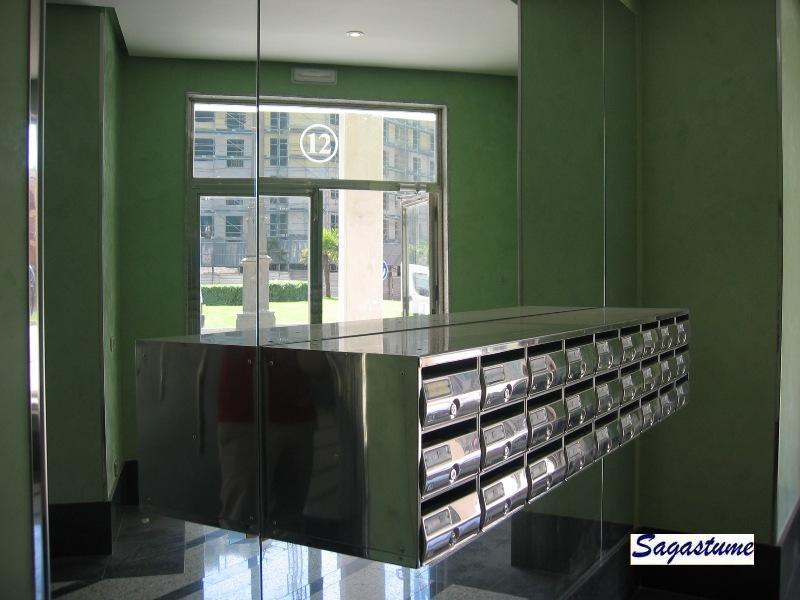 Buzones antivandálicos Arregui con cuerpo de acero color plata y puerta de acero inoxidable brillo