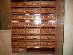 Buzones modelo Medina fabricados en madera con acabado de hoja natural de sapelly. Tamaño revistero. Apertura lateral.
