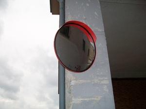 Espejo convexo de exterior  (Joma) instalado sobre poste de farola.