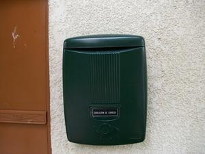 Buzón modelo Arco (Joma) fabricado en plástico de color verde. Ideal para exteriores. Gran capacidad. Antivandálico.