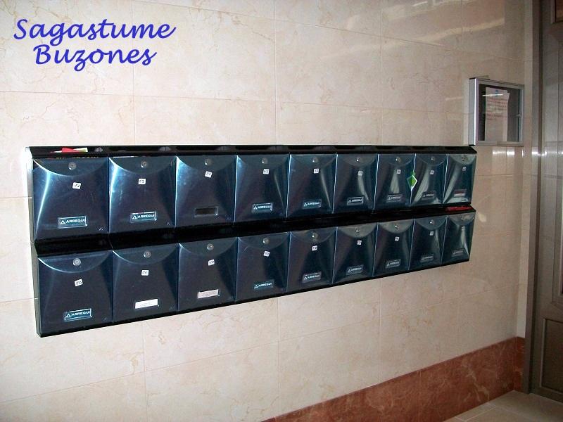 Sagastume Buzones - Buzón Future Vertical V-1005 - Distribuidores nacionales de buzones, tablones de anuncios, cestas de publicidad, señalizaciones, papeleras,... dirigido a comunidades de propietarios y administradores de fincas.