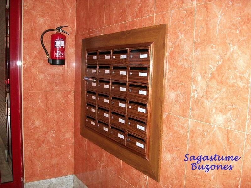 Sagastume Buzones - Buzón Hall-20 - Decoración Mongoi - Distribuidores nacionales de buzones, tablones de anuncios, cestas de publicidad, señalizaciones, papeleras,... dirigido a comunidades de propietarios y administradores de fincas.
